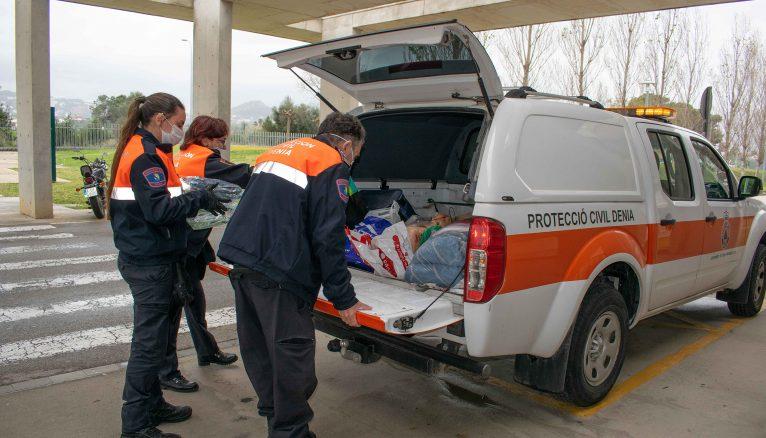 Protección civil traslada el material