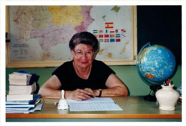 Imagen: Salvadora Ausina en las instalaciones de la Escuela Para Adultos de Dénia en 1998