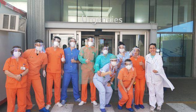 Imatge: Treballadors de l'hospital amb pantalles protectores donades