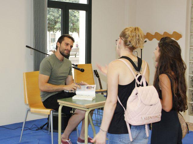 Imagen: El escritor Javier Martínez durante la presentación de su primer libro 'La chica de las mariposas' el verano pasado en Beniarbeig