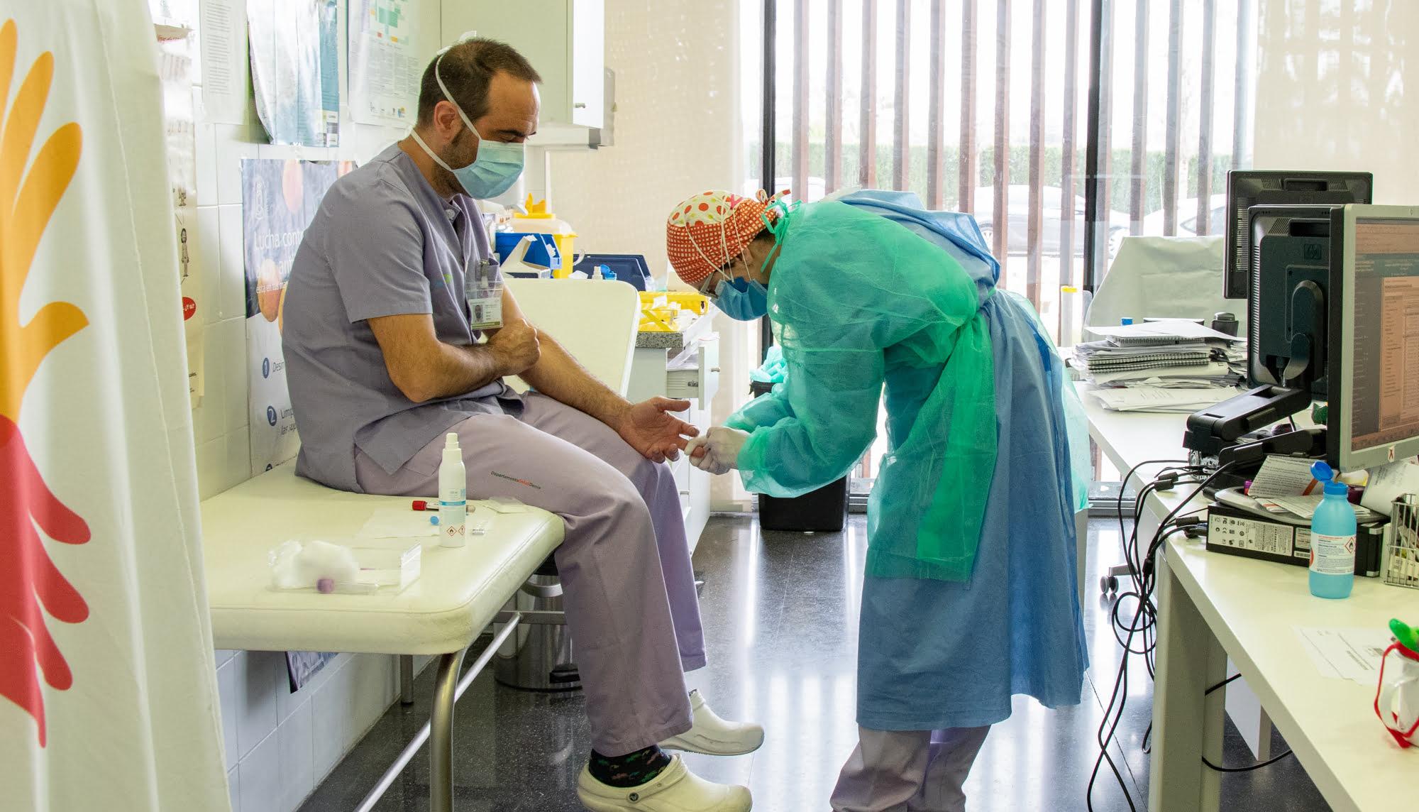 Los trabajadores del hospital se protegen ante el coronavirus