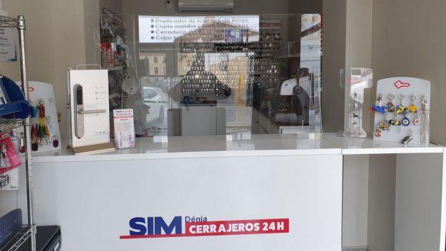 Imagen: Mampara de protección instalada en el mostrador de SIM Dénia