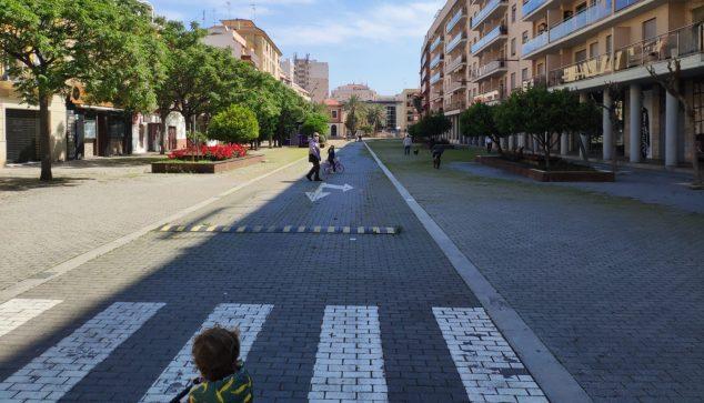 Imagen: Niños paseando por la calle La Vía