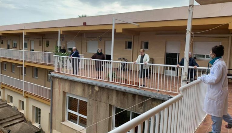 Residentes de Santa Llúcia toman el aire respetando la distancia de seguridad