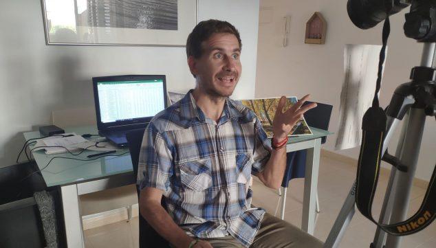 Imatge: El professor Sergio Cruz durant un enregistrament