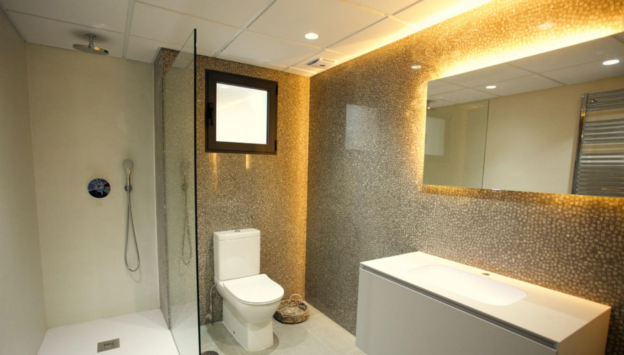 Uno de los cuatro baños de una propiedad de lujo de estilo ibicenco en venta en Moraira – Fine & Country Costa Blanca Norte