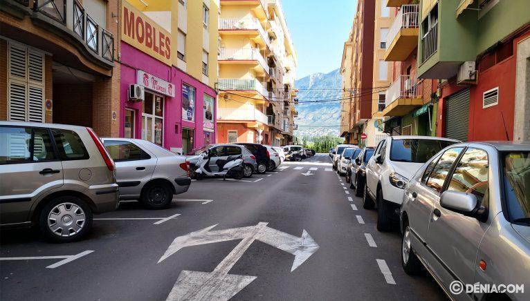 Vista de la calle Sertorio de Dénia, con el Montgó al fondo