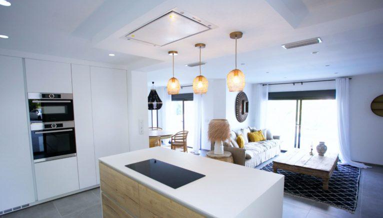 Cocina de una propiedad de lujo de estilo ibicenco en venta en Moraira - Fine & Country Costa Blanca Norte