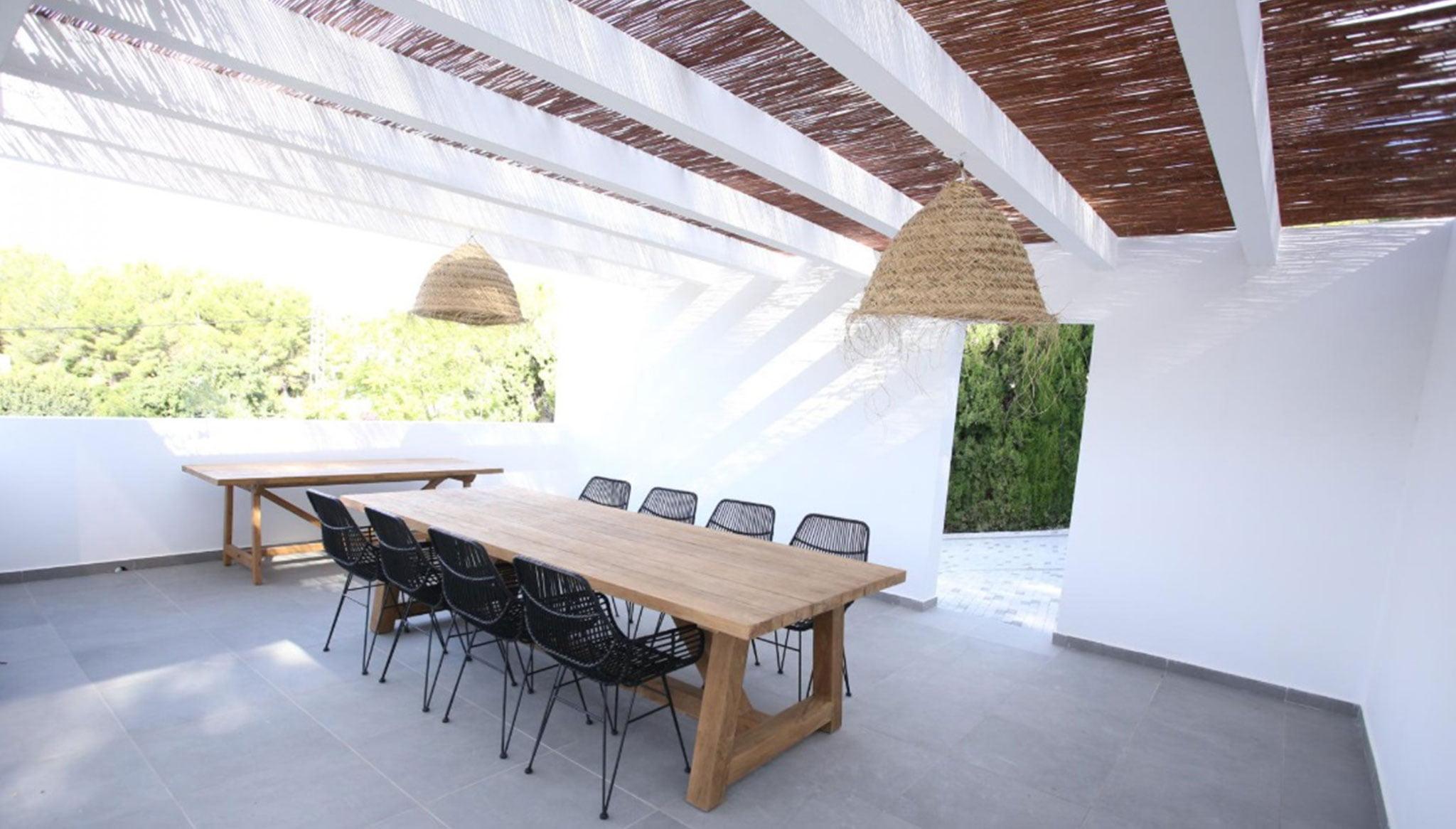Comedor exterior de una propiedad de lujo de estilo ibicenco en venta en Moraira – Fine & Country Costa Blanca Norte