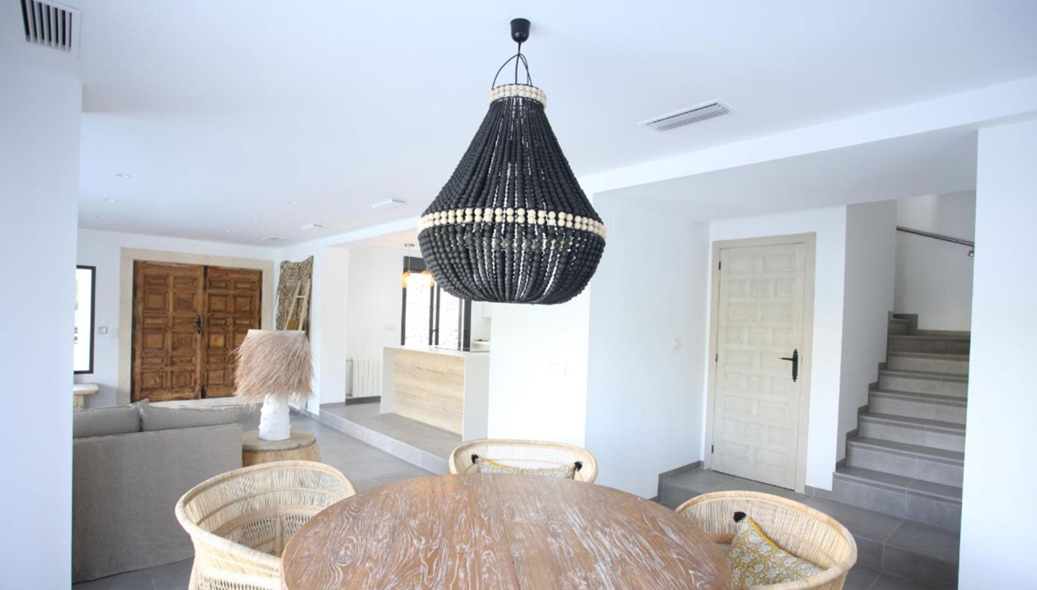 Comedor de una propiedad de lujo de estilo ibicenco en venta en Moraira – Fine & Country Costa Blanca Norte