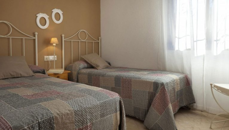 Uno de los dormitorios de un chalet de vacaciones en Dénia - Deniasol