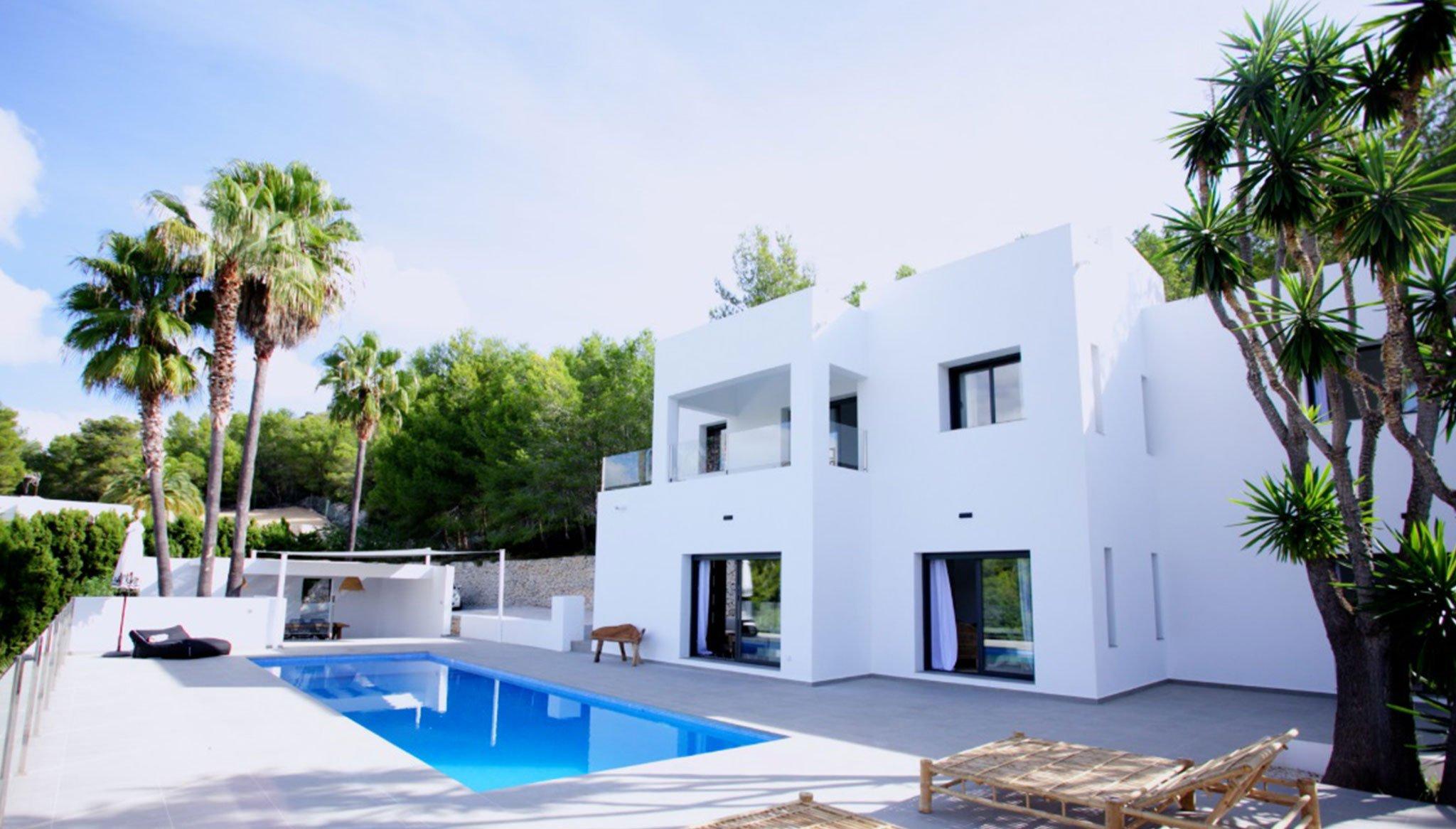 Fachada de una propiedad de lujo de estilo ibicenco en venta en Moraira – Fine & Country Costa Blanca Norte