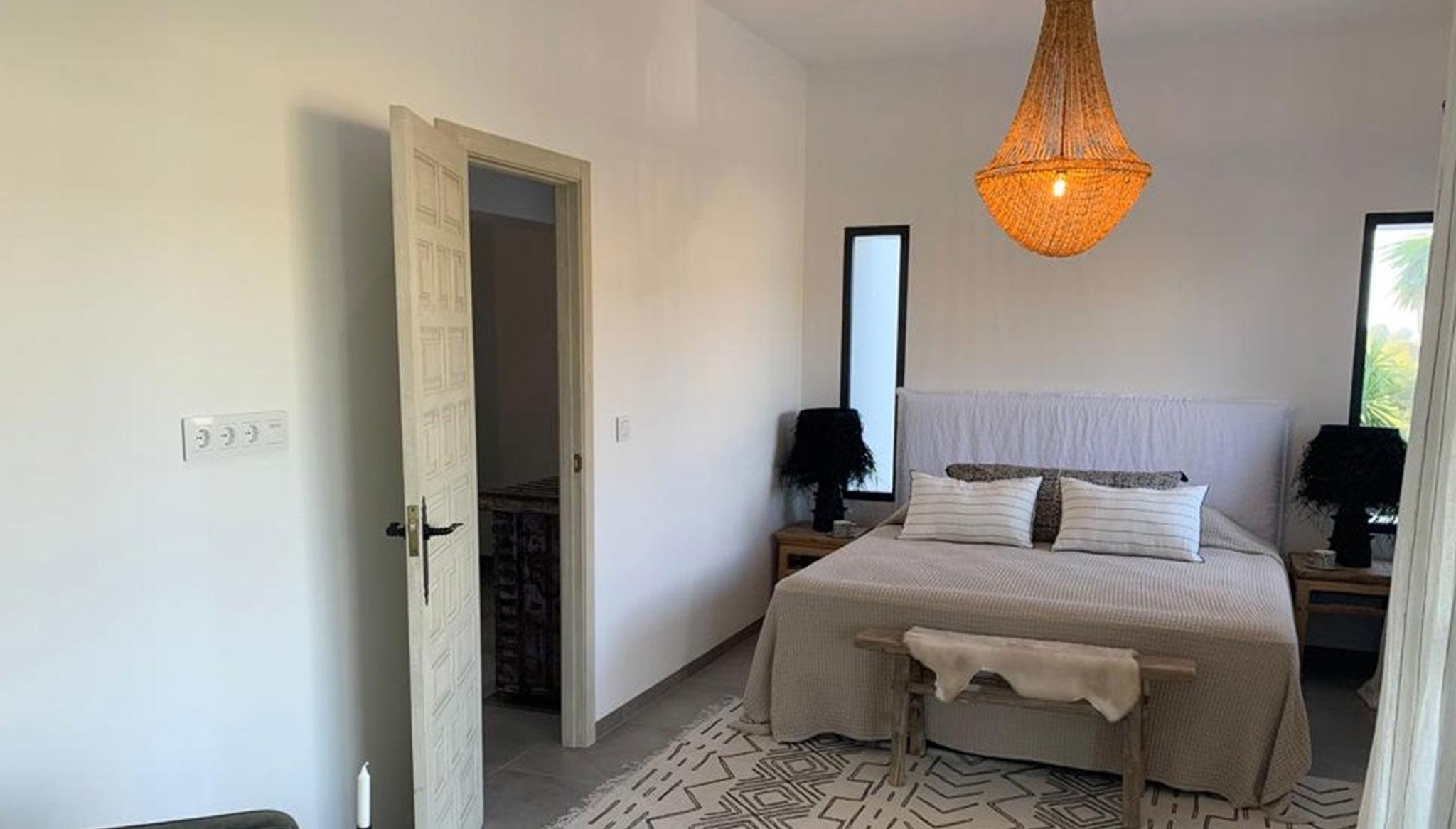 Una de las cuatro habitaciones de una propiedad de lujo de estilo ibicenco en venta en Moraira – Fine & Country Costa Blanca Norte