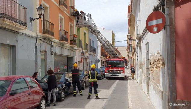 Image: Assessment work on the facade by firefighters