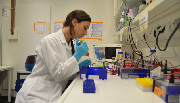 Image: Lucía Torres where she feels most comfortable, in the laboratory: she thanks all the women who led the way