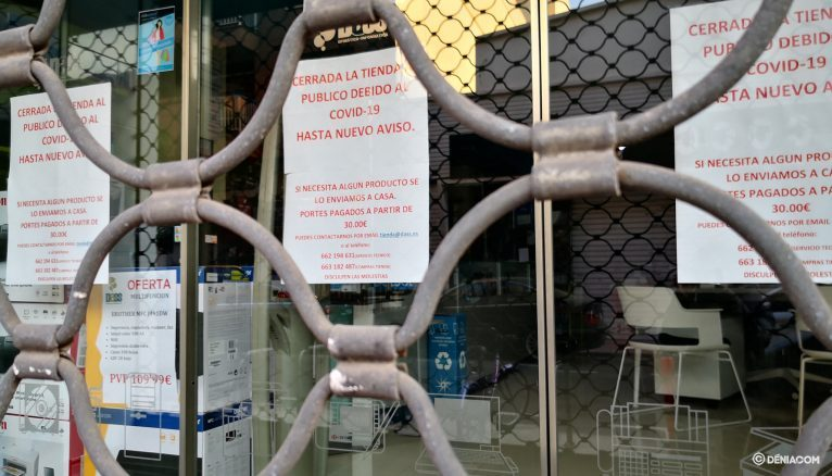 Shutter lowered of a shop in Dénia due to the state of alarm