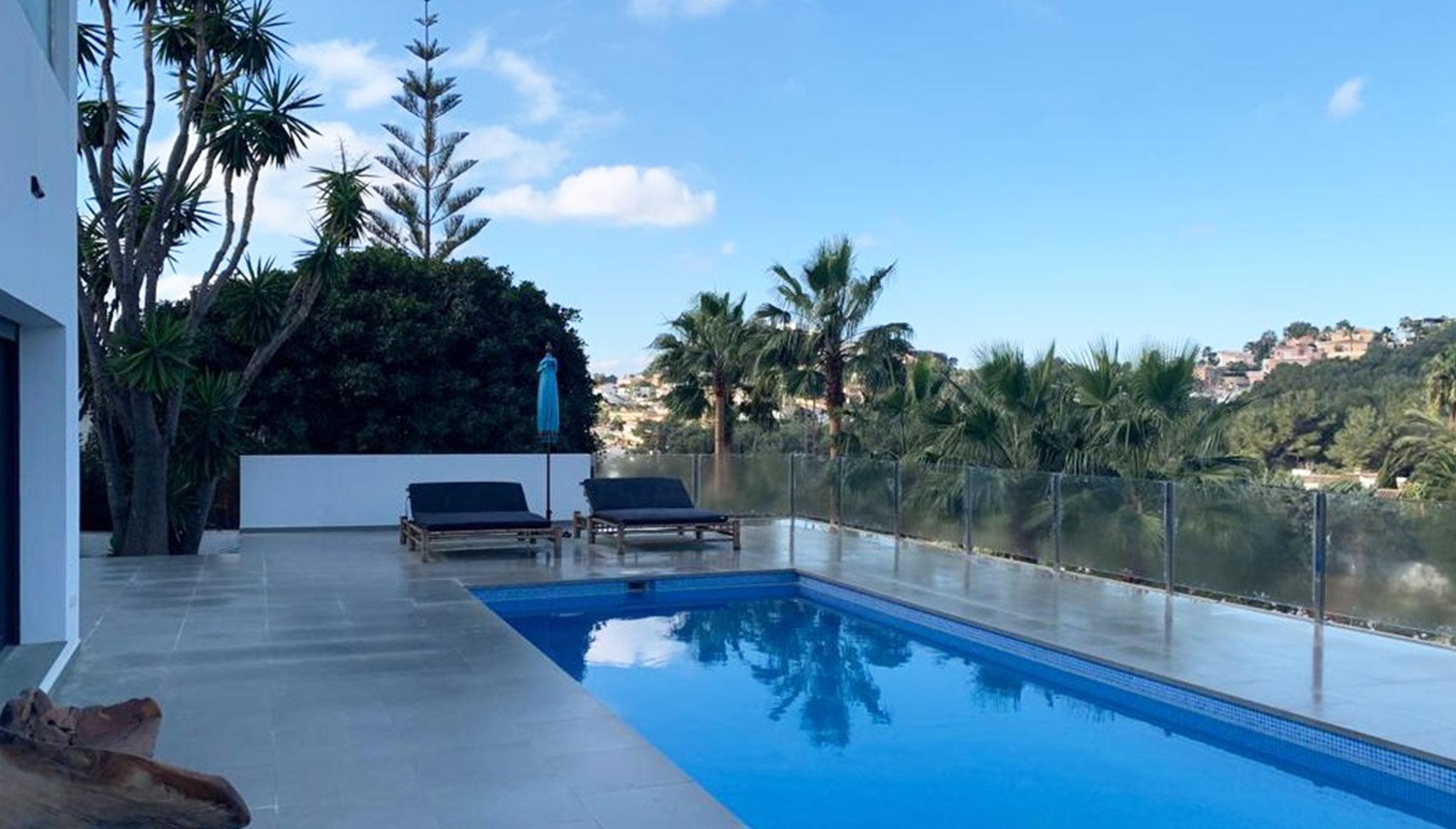 Piscina de una villa de lujo de estilo ibicenco en venta en Moraira – Fine & Country Costa Blanca Norte