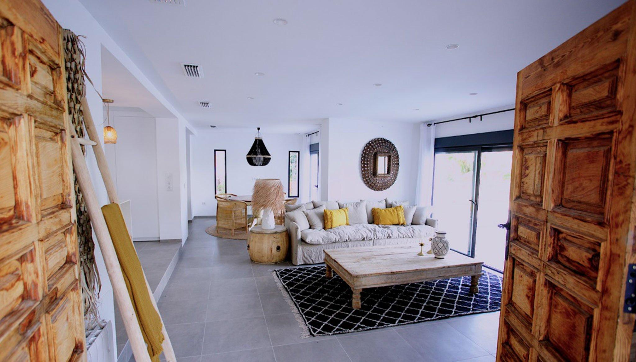 Salón de una villa de lujo de estilo ibicenco en venta en Moraira – Fine & Country Costa Blanca Norte