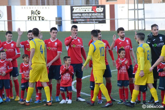 Image: Greetings between players from Pego and Dénia