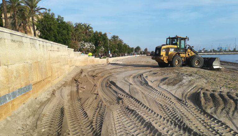 Trabajos para acondicionar la playa en la desescalada