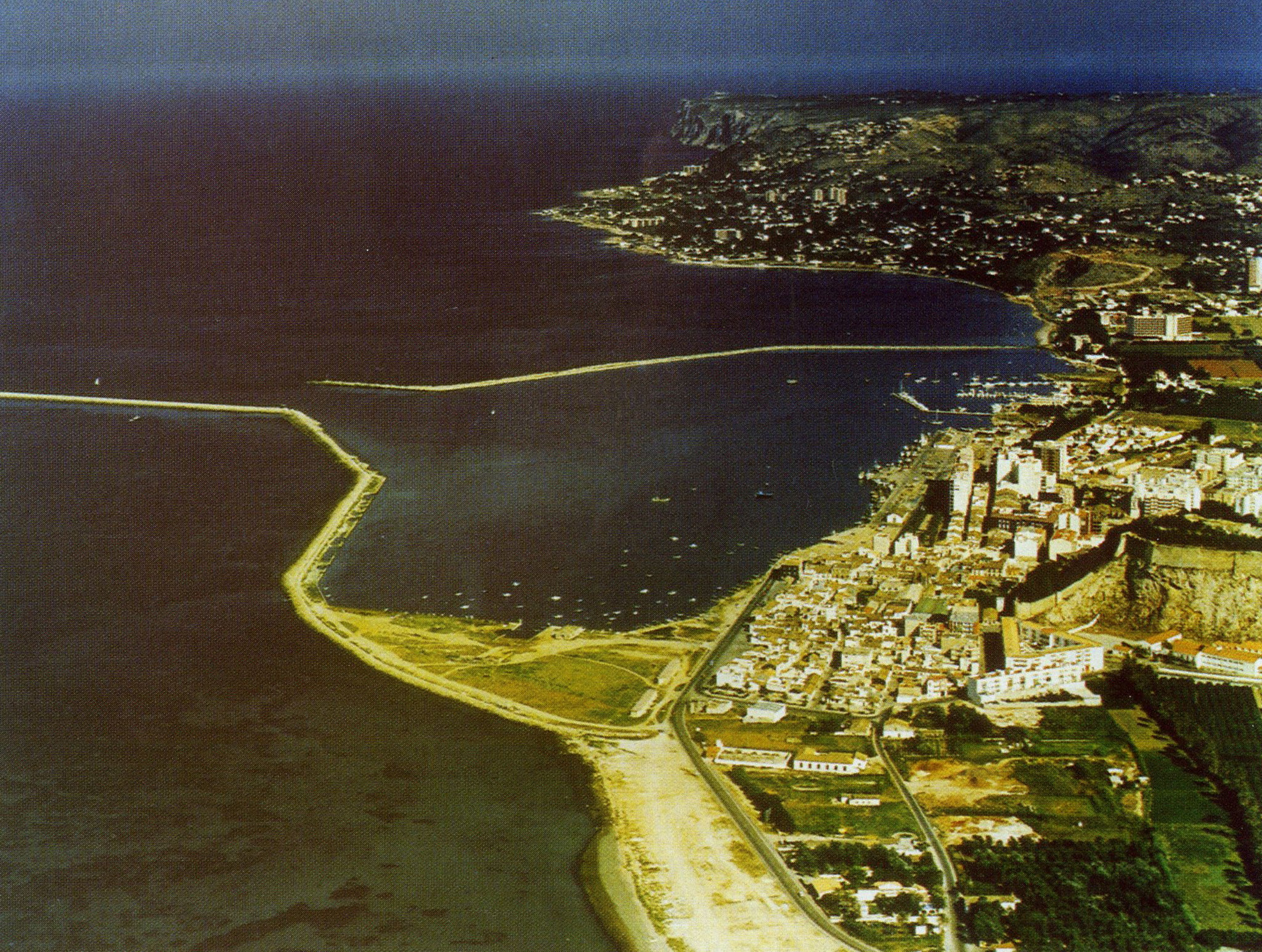 Aerial view of the port of Dénia several decades ago (Photo: «History of the Marina Alta. Volume I», by Josep Antoni Gisbert). Provided by l'Arxiu Municipal