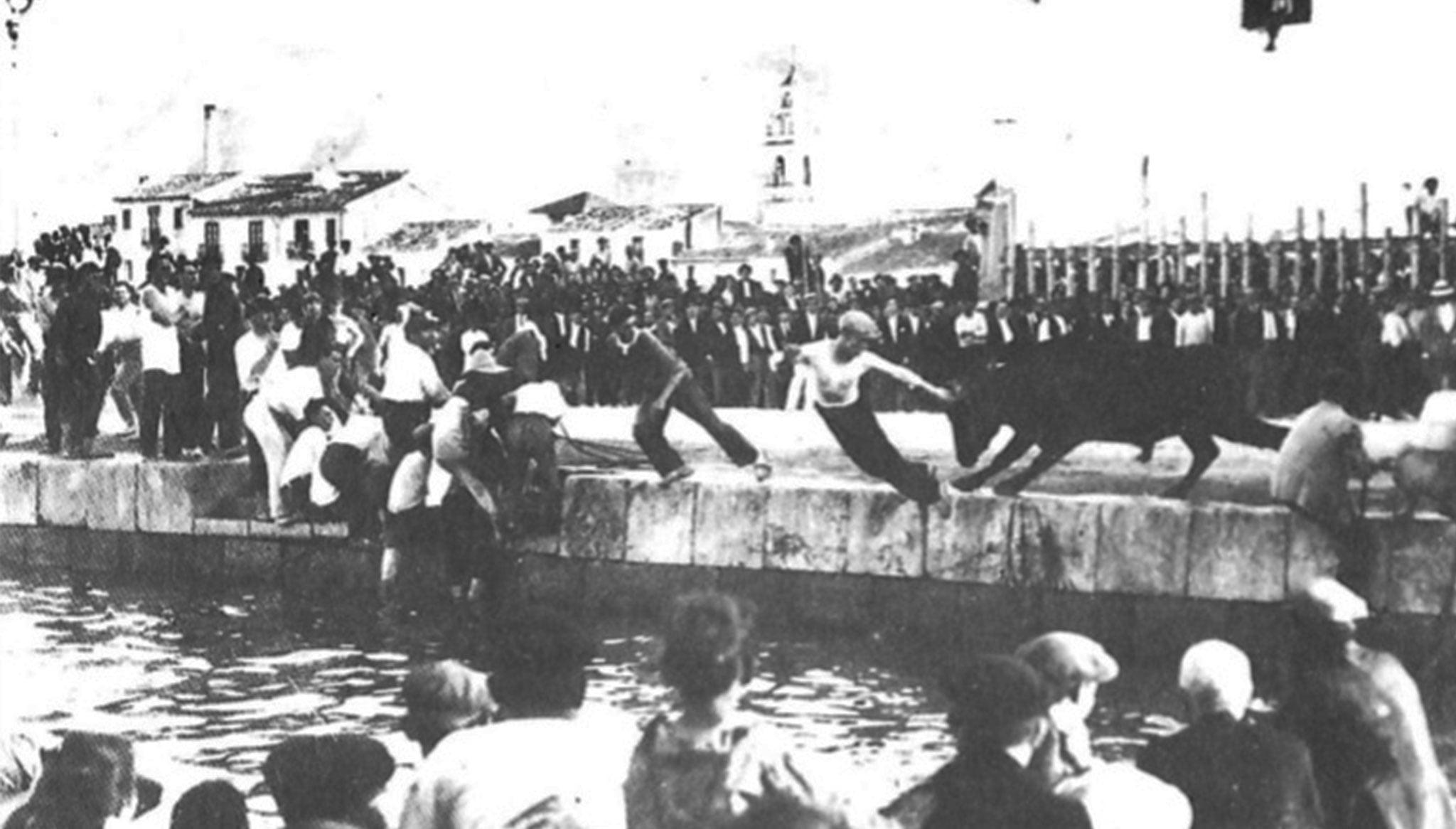 """Bous a la mar en los años 20. Fotografía procedente del artículo de Vicent Balaguer """"La festa del 1901 al 1975"""" (Arxiu Municipal)"""