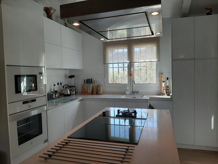 Cocina de  una villa de alquiler vacacional en Dénia - Aguila Rent a Villa