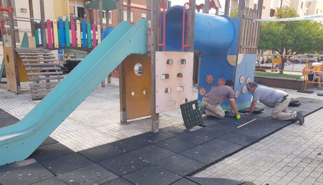 Image: Pose de caoutchouc dans le parc de la rue La Vía