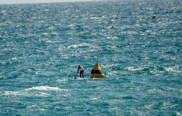 Imatge: Competició SUP amb fort vent, important armilla i roba tècnica