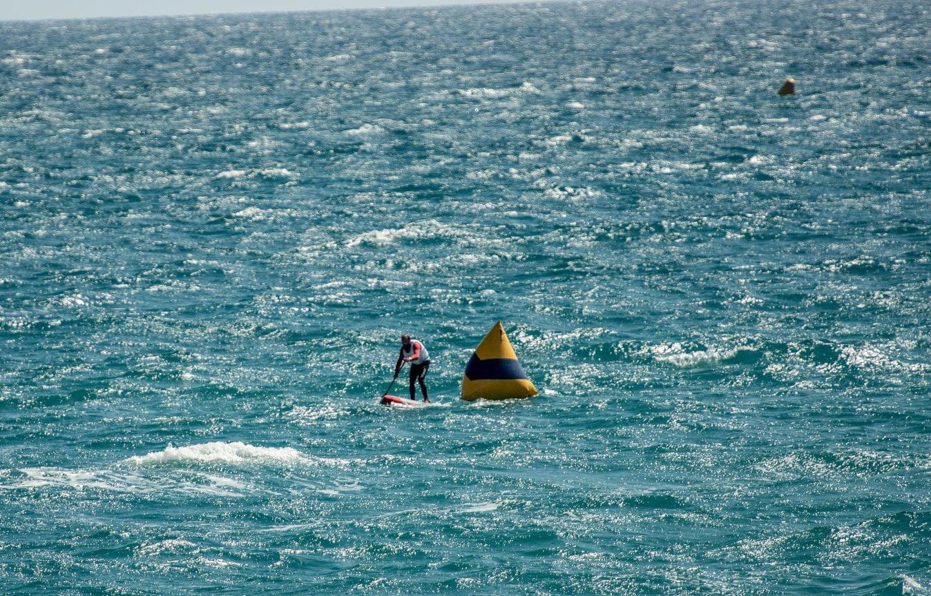 Competición SUP con fuerte viento, importante chaleco y ropa técnica