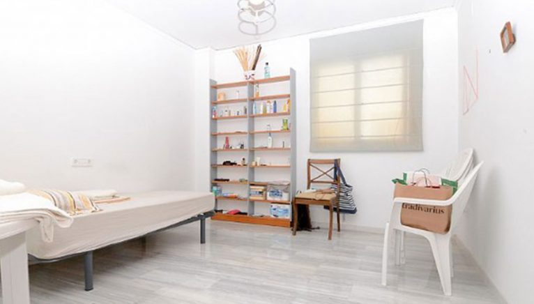Uno de los cinco dormitorios de un ático en venta en Dénia - Euroholding