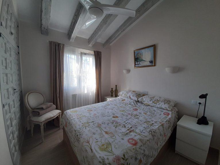 Uno de los tres dormitorios una villa de alquiler vacacional en Dénia - Aguila Rent a Villa