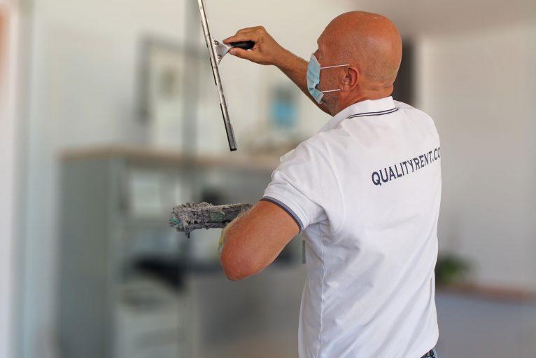 Equipo de limpieza con todos los productos específicos y los protocolos higiénicos - Quality Rent a Villa