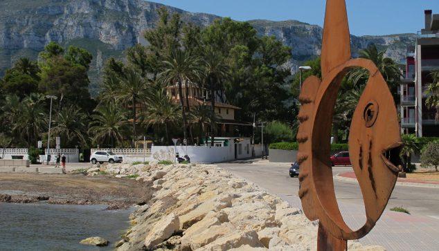 Afbeelding: sculptuur van Toni Marí bij de ingang van Marina de Dénia