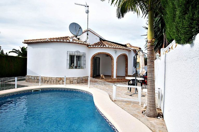 Facade of a chalet for sale in Dénia - Euroholding