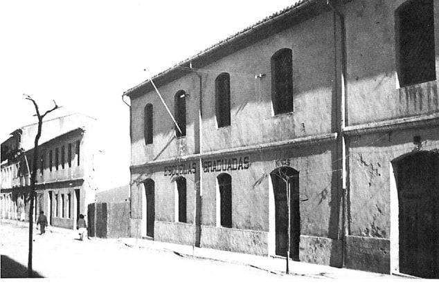 Imagen: Imagen de las Escuelas Graduadas aproximadamente en 1950, perteneciente al libro 'Dénia 1881-1980' (Arxiu Municipal)