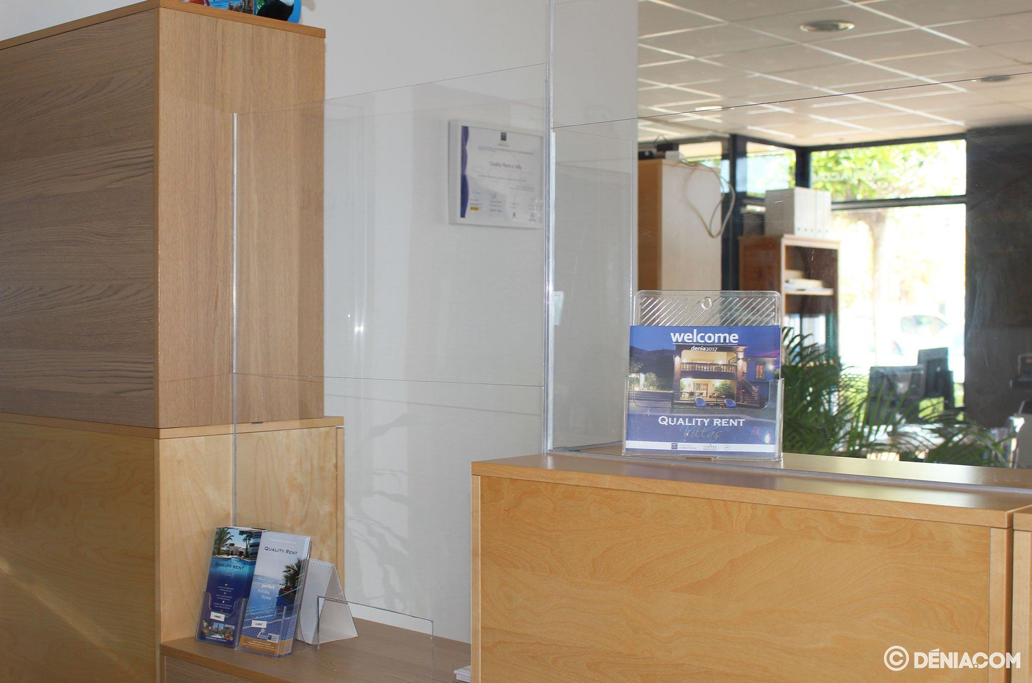 Mampara protectora en el interior de la oficina – Quality Rent a Villa