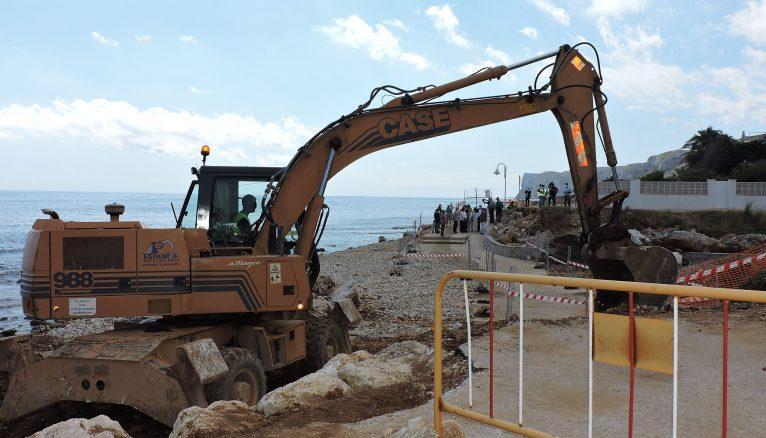 Pala obrando en la playa de Les Rotes durante la visita de la delegada del Gobieron