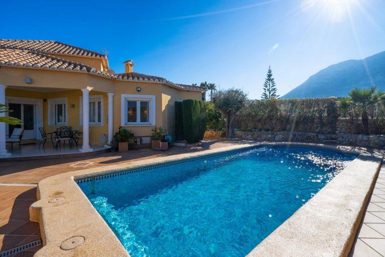 Exterior and pool of a holiday rental villa in Dénia - Aguila Rent a Villa