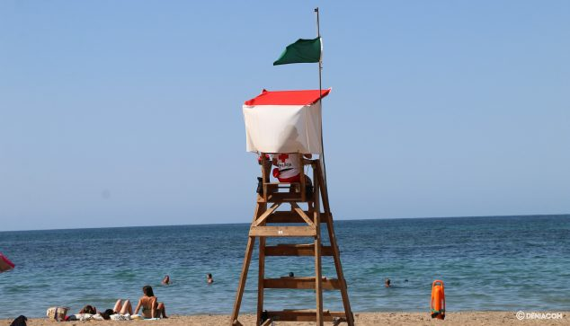 Image: Red Cross lifeguard watching at El Raset
