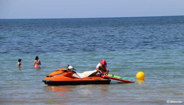 Imagen: Socorrista en moto de agua