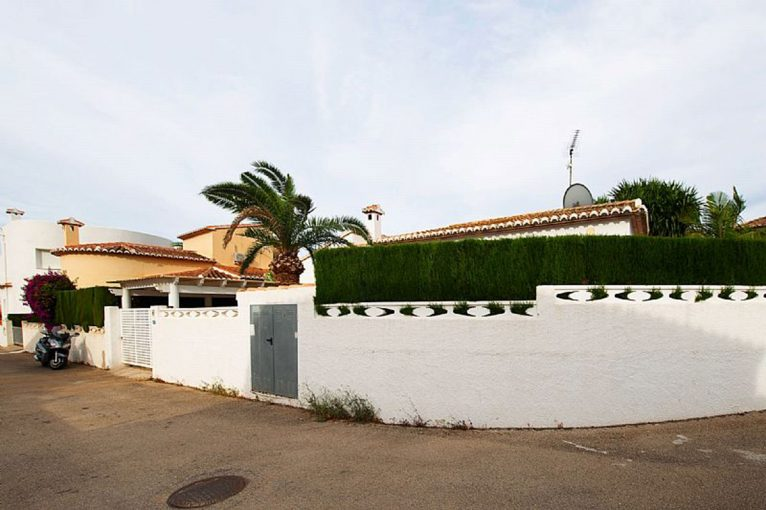 Exterior view of a chalet for sale in Dénia - Euroholding