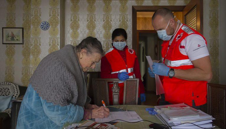 Voluntarios Cruz Roja entregando alimentos