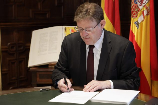Image: Ximo Puig signs the decree of measures of Phase 3