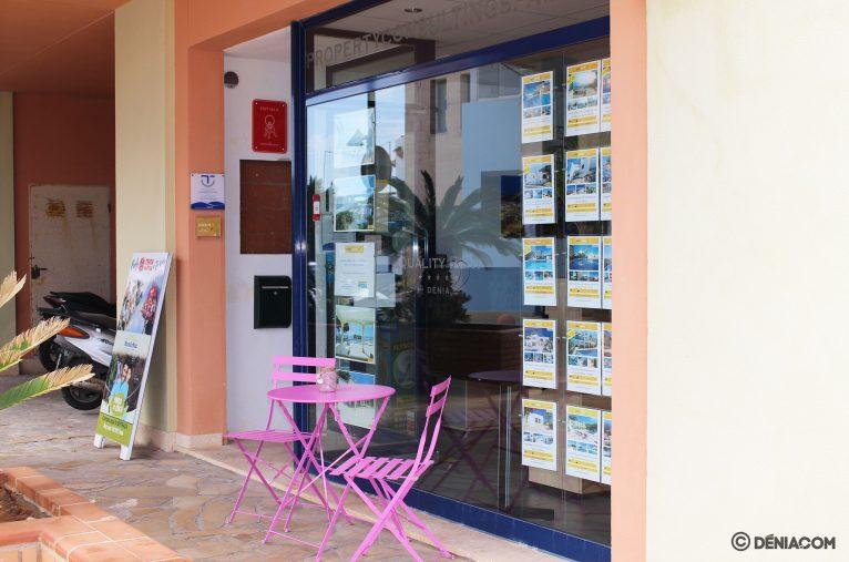 Zona exterior para la espera, para respetar el aforo en la oficina - Quality Rent a Villa