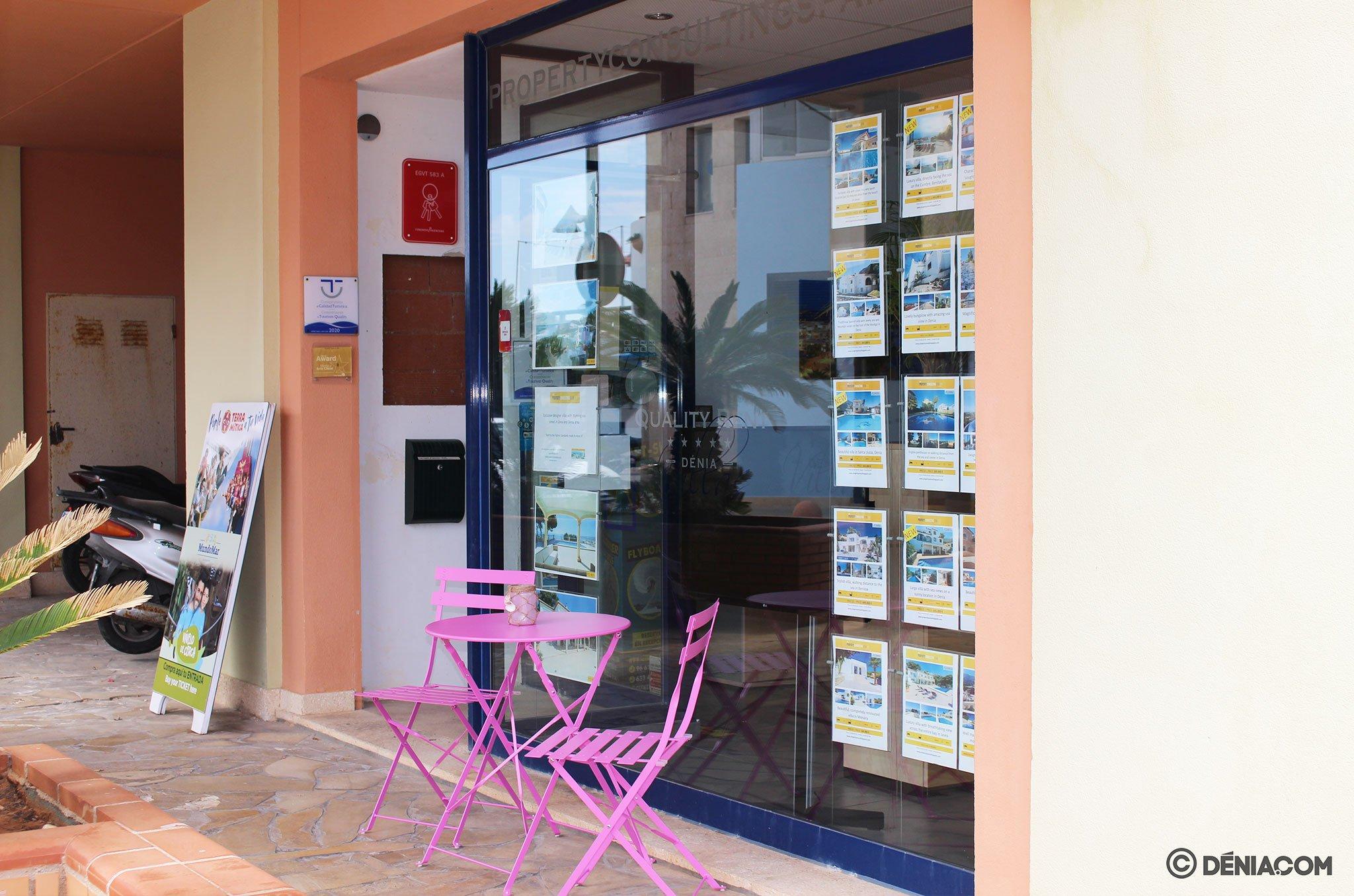 Zona exterior para la espera, para respetar el aforo en la oficina – Quality Rent a Villa