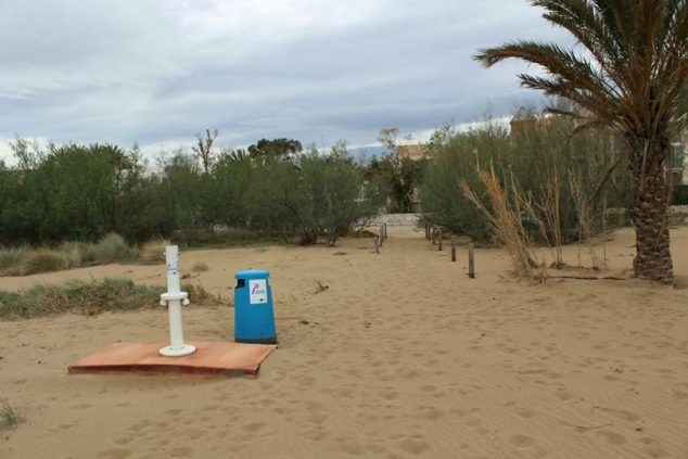Image: Action to repair the footbaths on the beaches of Dénia