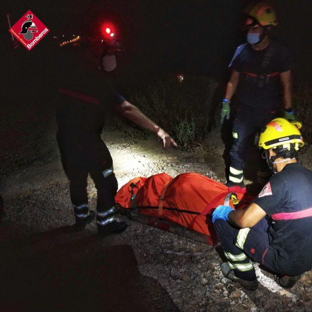 Imagen: Atención de los bomberos a la senderista herida