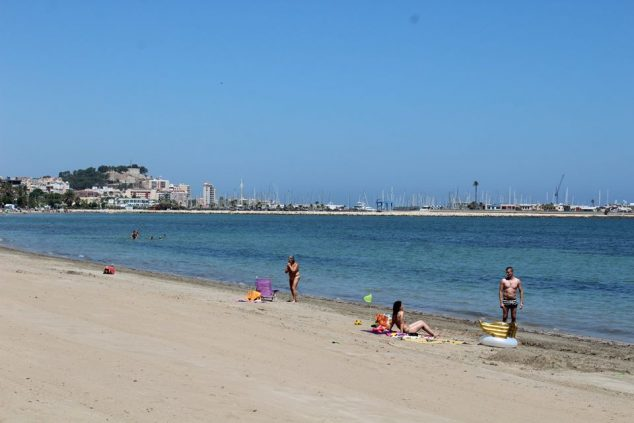 Image: Bathers on the beach in Dénia