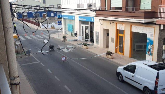 Imagen: Cajero en mitad de la carretera tras las explosión